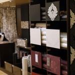 Tapeten Regal mit Fächern und Displaywänden vom Ladenbau Reinkemeier