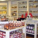 Warentische und Regale in Weiß vom Ladenbau Reinkemeier