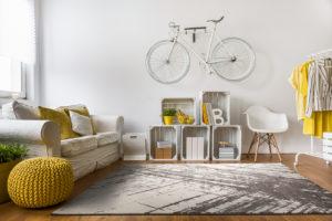Webteppich in Grau-Tönen mit grafischem Muster im modern eingerichtetem Wohnzimmer.