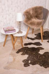 Schaffell Rinderfell Fell Teppich braun beige Raumbild Reinkemeier